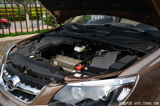 动力方面,新增的1.5T发动机最大功率为113千瓦,最大扭矩为240牛米,与发动机匹配的是5速手动变速箱。2.0L以及2.4L自然吸气发动机并未作出任何调整,动力参数标尺不变,手动挡车型还将匹配5速手动变速箱,而原有的4速手自一体变速箱车型换装6速手自一体变速箱。 编辑点评:比亚迪S6是国内自主SUV热销车型,为了满足购车需求越来越高的消费者,比亚迪也将S6车型在配置及动力方面进行提升。丰富的车型以及合理的售价这将确保比亚迪S6在同级别市场中的占有率。