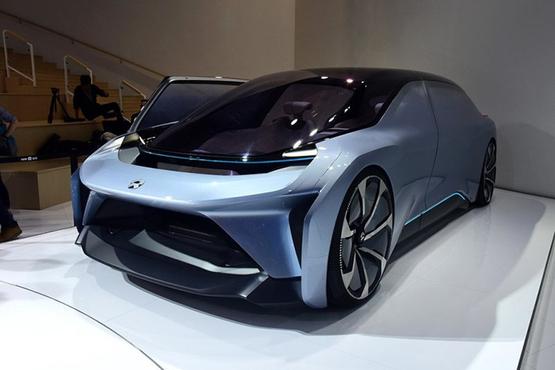 蔚来EVE概念车为双门设计,造型十分科幻。新车前脸设计未来感十足,特别是全LED光源灯组的配备。在车门开启方式上,这款概念车采用侧滑门设计,开启方式很独特。  蔚来EVE概念车的车尾造型圆润饱满并不乏层次感。尾灯组造型非常动感,搭配车顶的小型扰流板营造运动分为。  内饰设计上,由于该车为无人驾驶概念车,因此更为强调成员间的互动,新车内部采用独特的2+1+2式的5座设计,其中最后排右侧座椅还可以进行整体放倒。