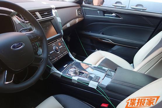 首先我们看到的是国产金牛座低配车型内饰谍照,中控台中部配备的液晶显示屏尺寸不大,液晶屏两侧为多功能控制区域,液晶屏下方为空调控制区域。通过观察按键可以看出,即便是低配车型,新车也配备了一键启动、自动空调、多功能方向盘、旋钮式换挡以及电子手刹等配置,这也预示着国产金牛座标准配置已经十分丰富。