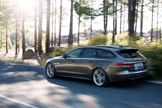 XF Sportbrake采用了捷豹最新的家族式设计语言,车身线条更加流畅,运动效果大幅度提升。尾部造型十分饱满,尾灯尺寸也要大于轿车版,灯腔内部结构借鉴了F-TYPE车型的设计元素,点亮后极具辨识度。