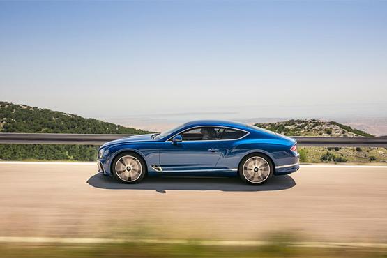 全新欧陆GT的整体造型设计充分地借鉴了之前EXP 10 Speed 6概念车以及添越的元素,与现款车型相比新车的变化主要集中在前脸和尾部,车头两侧的水滴形大灯采用了多点式照明效果,具有极高的辨识度。一句话,全新欧陆GT散发出强烈的高贵气场。