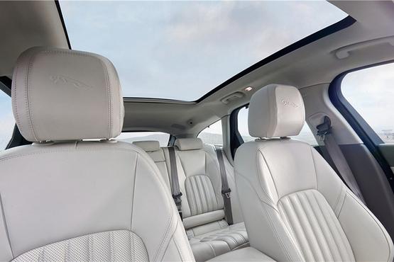 车内部分,全液晶仪表和中控大尺寸多媒体显示屏有效提升了新车的科技感。而旋钮周围采用的木纹饰板则为新车营造出不俗的豪华质感。作为一款旅行车,内部空间自然是值得一提的,新车的后备箱容积为550升,当后排座椅放倒之后容积则拓展为1675升。此外,新车还配备了超大尺寸的全景天窗,这才是最吸引人的。