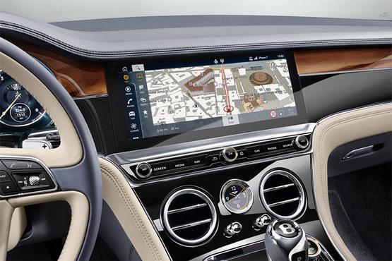 """最惊艳的无疑是采用了行业首创的""""宾利三面翻转中控面板""""(Bentley Rotating Display)。当座驾启动的那一刻,仪表板中央饰面无声滑动翻转,将""""隐形""""的12.3英寸数字多媒体交互视网膜显示屏(MMI)显现出来。三面旋转简洁直观,一目了然。"""
