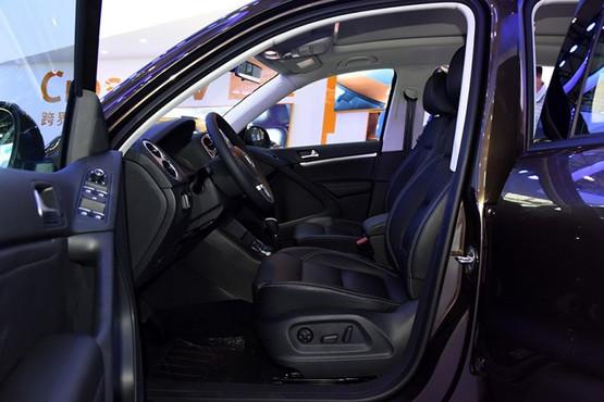配置方面,新车配有前排中央扶手、后倒车雷达、全景天窗、双温区空调等。此外,两款新车相比目前在售的1.8T风尚版和1.8T舒适版车型取消了部分配置,其中1.4T丝路版风尚型相比1.8T风尚版取消了前排座椅腰托和手套箱冷藏/锁止功能;1.4T丝路版舒适型相比1.8T舒适版增加了全景天窗、头部气帘和化妆镜照明灯,但取消了外后视镜折叠/照地灯、副驾驶座椅电动调节以及手套箱冷藏/锁止功能。24小时免费购车热线:136 8363 2036王经理