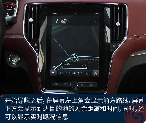另外,还有一个小技巧,可以将车机(就是这块大屏幕)与手机高德进行互联,通过简单的设置之后,就可以通过手机高德APP输入目的地了,下车后还可以自动将目的地发送给手机进行步行导航。 开始导航之后,在屏幕左上角会显示前方路线,屏幕下方会显示到达目的地的剩余距离和时间,同时,还可以显示实时路况信息。 地图的更新也非常方便,由于YunOS时刻处于4G网络连接状态,只要在地图设置里进行在线更新就可以获取最新的道路信息了。此外,导航还可以进行很多其它设置,比如路口放大,电子眼播报等等。 关于导航,还有一个关键痛点,那