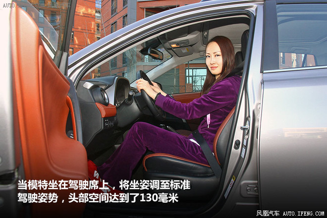 空间 suv/然后前排座椅不动,模特坐在驾驶员后方座椅,体验后排头部空间...