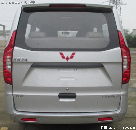 另外,车身带有装配转向灯的后视镜,再加上车窗的造型设计以及六幅铝