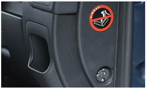 关闭安全气囊 04启用儿童安全门锁,并锁止后排车窗玻璃 启用儿童安全门锁后,车门将无法从里面打开而只能从外面拉开,从而避免了行车中因儿童误开门而造成危险的可能。锁止后排车窗玻璃按键,后窗将仅能通过驾驶席控制,避免儿童在行车过程中误开车窗发生意外。 05不要让孩子在车上玩耍玩具 一旦出现紧急制动或碰撞等情况,这些玩具就可能变成伤害孩子的凶器,特别是一些质地较硬或有尖锐角的玩具,会砸伤或刺伤孩子。同时,为了孩子的乘车安全,家长应尽量避免在车内放置玩具。 06请勿让孩子把头手伸出窗外,包括天窗 汽车的天窗不是