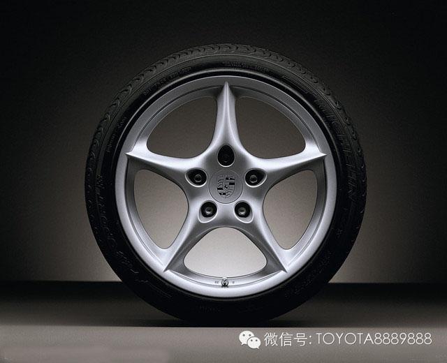 有数据表明,由爆胎引起的车祸在恶性交通事故中所占的比例非常高,而所有会造成爆胎的因素中胎压不足当属首要原因。 当胎压过高时,会减小轮胎与地面的接触面积,而此时轮胎所承受的压力相对提高,轮胎的抓地力会受到影响。另外,当车辆经过沟坎或颠簸路面时,轮胎内因为没有足够空间吸收震动,除了影响行驶的稳定性和乘坐舒适性外,还会造成对悬挂系统的冲击力度加大,由此也会带来危害。所以合适的胎内气压,不仅有助于我们的行车舒适性,更是对安全行车的极大保障。 胎压监测系统原理: 首先还是让我们来了解一下所谓的胎压监测系统,它主要