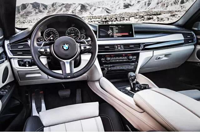 全新BMW X6的座舱采用BMW家族最新设计语言打造,高端材质和匠心独具的细节设计为X6的车主带来惬意的驾乘体验。中控台的分层设计更加明显,环绕感更强,同时向驾驶者倾斜,由于新的中控台更薄,车内视野也更显宽阔。天窗面积增加20%,提供了更舒适的乘坐感受。内饰用料升级,Nappa真皮和高级木饰的使用呈现出更加细腻豪华的质感。首次提供车内氛围灯,蓝、白、橙色三种单色灯光的6种颜色组合营造出迷人的科技感,另有多处LED灯源便于日常使用。哈曼卡顿、B&O等高档音响设备和专业级后排娱乐系统令视听体验更加震